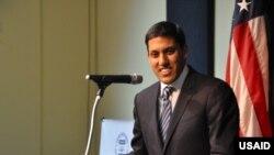 USAID အေမရိကန္ႏိုင္ငံတကာဖြံ႔ၿဖိဳးမႈေအဂ်င္စီ အုပ္ခ်ဳပ္ေရးမႉး Dr. Rajiv Shah၊ ရန္ကုန္ အေမရိကန္စင္တာ၊ ရန္ကုန္ၿမိဳ႕၊ ျမန္မာႏုိင္ငံ။ ( Credit to -Credit: Richard Nyberg/USAID)