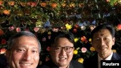 ေျမာက္ကုိရီးယား ေခါင္းေဆာင္ Kim တနလၤာေန့ ညက စကၤာပူၿမိဳ႕ ေလ်ာက္လည္ Selfie ရုိက္