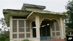 ျမက္မ်ားဖံုးလႊမ္းေနသည့္ ဦးသန္႔ ဂူဗိမာန္အား ၂၀၀၈ ခုႏွစ္က ျမင္ကြင္း။