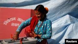 一名妇女在尼泊尔的辛杜帕尔乔克县投下尼泊尔议会选举以及省议员选举的选票。 (2017年11月26日)