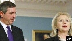 Американската државна секретарка Хилари Клинтон со грчкиот колега Ставрос Ламбринидис во Стејт департментот