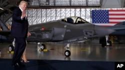 Le président Donald Trump et la Première dame Melania arrive pour un discours sur la base militaire d'Andrews Air Force, le 15 septembre 2017.