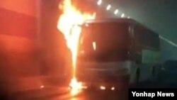 9일 중국 산둥성 웨이하이의 한 터널에서 한국 국제학교 부설 유치원 차량에 불이 나 한국 유치원생 등 12명이 숨졌다고 주중 한국대사관이 밝혔다. 사진은 사건 현장에 있던 중국인이 찍은 것.