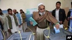 아프가니스탄 잘랄라바드에 설치된 투표소에서 투표하는 한 아프간 남성