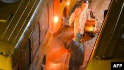ေနရပ္ျပန္လာသူေတြကို သယ္ေဆာင္ခဲ့တဲ့ ဘတ္စ္ကားမ်ားကို ပိုးသတ္ေဆးဖ်န္းေနၾကတဲ့ ေစတနာ့၀န္ထမ္းမ်ားကို ရန္ကုန္ၿမိဳ႕ လိႈင္တကၠသိုလ္ရွိ Quarantine စင္တာမွာ ေတြ႔ရ။ (ဇူလိုင္ ၁၇၊ ၂၀၂၀)
