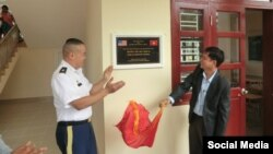 Đại diện của Chương trình Viện trợ Dân sự, Thảm hoạ và Nhân đạo Nước ngoài (OHDACA) của Bộ Quốc phòng Hoa Kỳ bàn giao trường Tịnh An cho phía Việt Nam.