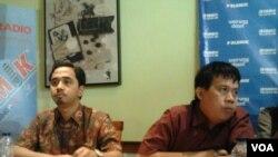 Pengamat dari lembaga ekonomi Indef, Imaduddin Abdullah (kiri) dan Direktur Center for Budget Analysis, Ucok Skydafi (kanan) saat membahas masalah kenaikan harga BBM yang dinilai terlalu cepat. Diskusi berlangsung di Jakarta, Sabtu (4/4/2015). (Foto: