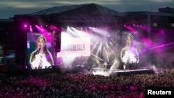 Ariana Grande actuando en el concierto One Love Manchester a beneficio de las víctimas del ataque terrorista en el Manchester Arena, Inglaterra, el 4 de junio de 2017.