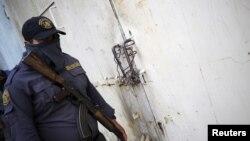 Seorang petugas keamanan menjaga pintu masuk sebuah penjara di Guatemala (foto: dok).