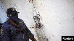 Một nhân viên nhà tù tại trung tâm giam giữ Zona 18 ở Guatemala City.