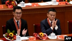 "Salah satu pendiri Alibaba, Jack Ma (kanan) dan Kepala Eksekutif Tencent Holdings, Pony Ma, bertepuk tangan dalam rapat perayaan yang menandai dirgahahy kebijakan ""reformasi dan keterbukaan"" China yang ke-40 di Balai Rakyat, Beijing, 18 Desember 2018 (foto: Wang Zhao/AFP)"