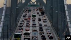 2015年12月10日穿越舊金山-奧克蘭灣大橋在80號州際公路西行的車輛。