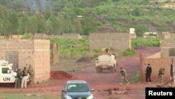 Des véhicules armés conduisent vers le Campement Kangaba à Dougourakoro, près de Bamako, le 18 juin 2017.