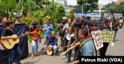 Para pemusik menyanyikan lagu-lagu perlawanan terhadap upaya pengekangan kreativitas melalui RUU Permusikan (foto: Petrus Riski-VOA)