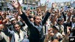 Gungun masu zanga zangar nuna kin jinin gwamnati a Yemen.