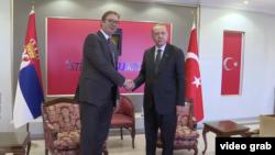 Predsednik Srbije Aleksandar Vučić rukuje se sa domaćinom, predsednikom Turske Redžepom Tajipom Erdoganom, tokom zvanične posete Turskoj, u Ankari, 6. maja 2018. (Foto: FoNet)