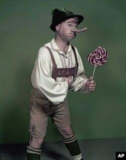 """Aktor Mickey Rooney mengenakan kostum """"Pinnochio,"""" dalam foto bulan September 1957. (Foto: dok) Film baru """"Pinocchio"""" akan dirilis di Inggris tanggal 14 August 2020."""