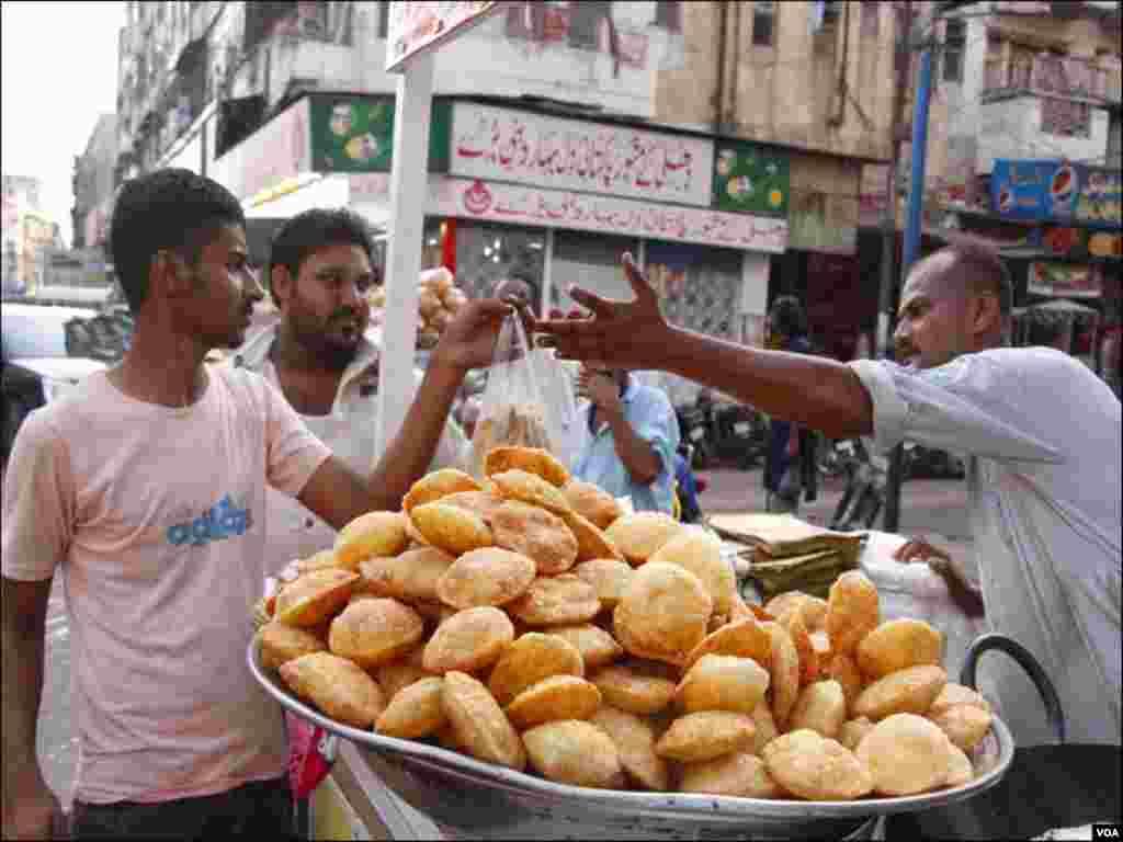 افطاری میں دال کی کچوریاں بھی خوب فروخت ہوتی ہے،شہری کچوری کے اسٹال سے خریداری کررہے ہیں