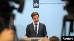 荷蘭首相呂特(中)在7月18日的記者會上發言