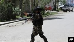Binh sĩ Afghanistan canh gác trước tư gia của nhà đàm phán hòa bình bị ám sát Maulvi Arsala Rahmani, ngày 13/5/2012
