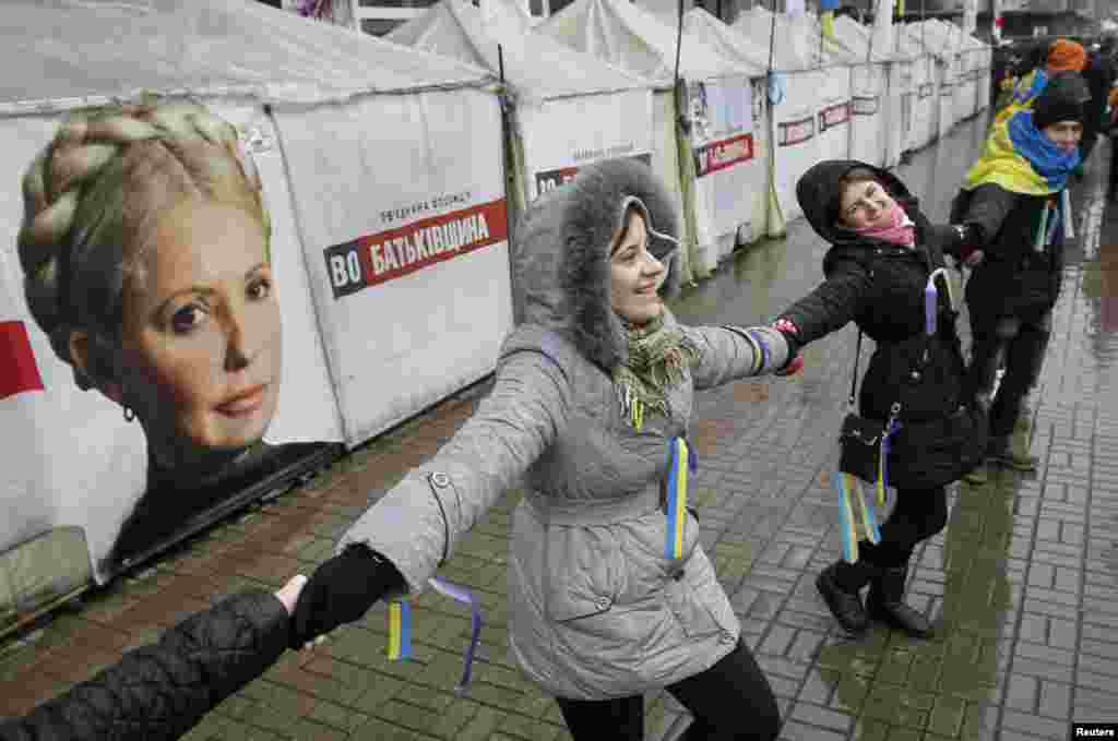 Students form a human chain from the Ukrainian capital to the western border during a demonstration in support of EU integration at Independence Square in Kyiv, Nov. 29, 2013.