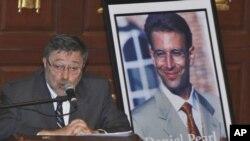 جودی پرل، پدر خبرنگار کشته شده آمریکایی در پاکستان، در حال سخنرانی در مراسم یادبود فرزندنش در میامی - آرشیو