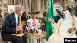 존 케리 미 국무장관이 27일 압둘라 사우디 국왕과 만나 시리아와 이라크 사태를 논의하고 있다. (자료사진)