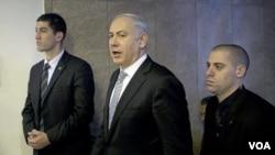 PM Israel Benjamin Netanyahu (tengah) sesaat sebelum memimpin rapat kabinet mingguan di Yerusalem (Minggu, 5/2).