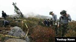 지난해 9월 한국 설안삭에서 한국전 전사자들의 유해 발굴 작업 중인 한국 국방부 유해발굴 감식단과 육군 지원 병력. (자료사진)