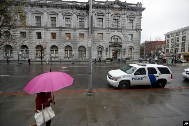 一位婦女走路經過聯邦第九巡迴上訴法院的大樓(2017年資料圖片)
