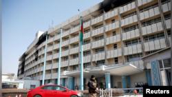 کابل کے اس پر تعیش ہوٹل پر حملے کے بعد ایک سیکورٹی اہلکار گشت کر رہا ہے۔