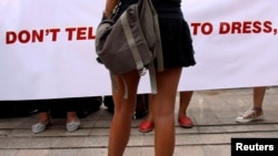 Seorang demonstran di Jakarta memakai rok mini untuk memprotes anggapan bahwa perempuan yang berpakaian provokatif mengundang pemerkosaan. (Foto: Dok)