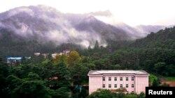 북한 금강산 호텔 너머로 보이는 금강산 전경. (자료사진)