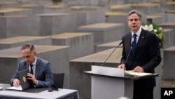 بلینکن حین سخنرانی در بنای یادبود از یهودیان اروپایی کشته شده در زمان جنگ جهانی دوم، شهر برلین