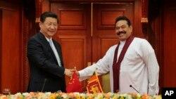 中國國家主席習近平(左)9月16日訪問斯里蘭卡與總統拉賈帕克薩(右)會面。