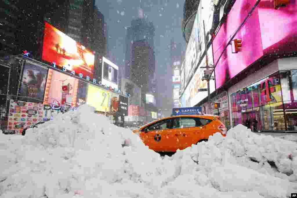 برف سنگین در نیویورک. طوفان شمال شرقی آمریکا، در نیویورک و بقیه ایالت ها برف سنگینی به بار آورد.