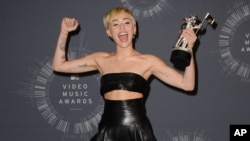 Miley Cyrus poses with the Video of the Year award . (Photo by Jordan Strauss/Invision/AP)