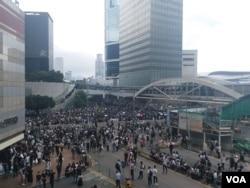 香港民眾6月12日中午在金鐘一帶聚集要求港府撤回逃犯條例修訂(香港市民提供)