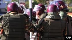 Des policiers kenyans montent la garde près du bâtiment du Parlement au cours du débat de la nouvelle législation controversée de sécurité, à Nairobi le 18 décembre 2014.