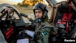 Ayesha Farooq, 26, pilot pesawat tempur perempuan Pakistan satu-satunya, berpose di kokpit jet tempur F-7PG buatan China di pangkalan udara Mushaf base di Sargodha, Pakistan (6/6). (Reuters/Zohra Bensemra)