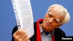 El diputado alemán Hans-Christian Stroebele muestra la carta que le entregó Edward Snowden, en Moscú, la cual está dirigida al gobierno alemán.