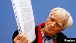 Nemački poslanik Hans Kristijan Štrobele pokazuje pismo Edvarda Snoudena