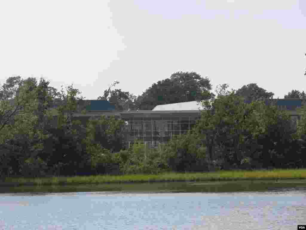 Budućnost ove škole na obali rijeke Norfolk upitna je zbog visokih plima, potonuća tla i povišenja razine mora. (Rosanne Skirble/VOA)