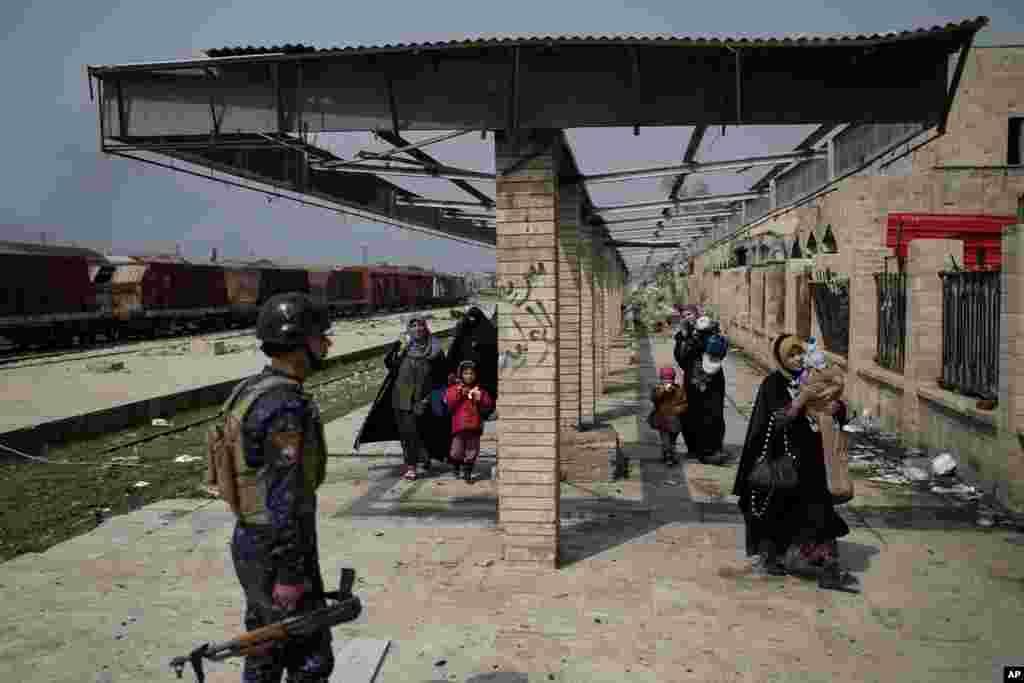 عراقی فوج مغربی موصل میں شدت پسند تنظیم داعش کے جنگجوؤں کے خلاف نبرد آزما ہیں۔