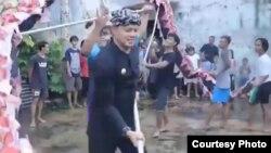 Walikota Bogor Bima Arya mengunjungi anak-anak yang berlatih tari Liong (naga) di Bogor dalam persiapan Bogor Street Festival. (courtesy: Bima Arya)