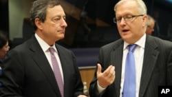 Predsednik Evropske centralne banke Mario Dragi i evropski komesar za ekonomska i monetarna pitanja Oli Ren na sastanku Eurogrupe u Luksemburgu