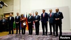 歐盟外交政策負責人凱瑟琳·阿什頓(左三)代表六國宣佈與伊朗達成核項目的協議。