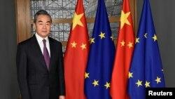 Tư liệu: Ngoại Trưởng Vương Nghị của Trung Quốc trước cuộc họp với Chủ tịch Hội đồng Châu Âu Charles Michel tại trụ sở chính của Hội đồng EU (17/12/20190. Mới đây, ông Vương mời 4 ngoại trưởng Âu châu sang thăm Trung quốc từ 29-31/5/2021. John Thys/Pool via REUTERS