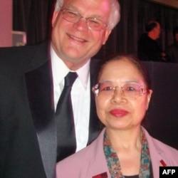陈树菊晚宴中与同入'百大人物榜'之密苏里州华盛顿大学教授谢瑞顿合影