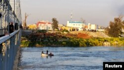 Mosul ၿမိဳ႕နားက Tigris ျမစ္ထဲ သေဘာၤတိမ္းေမွာက္ခဲ့တဲ့ေနရာမွာ ခရီးသည္မ်ားကို အီရတ္ကယ္ဆယ္ေရးသမားေတြ လိုက္လံရွာေဖြေနပံု (မတ္၊ ၂၁၊ ၂၀၁၉)
